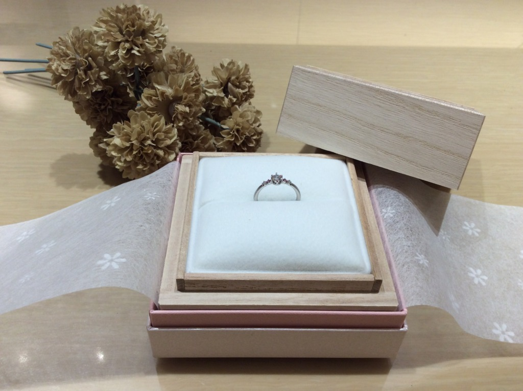 和歌山からご来店のお客様でRosettE(ロゼット)の婚約指輪を成約の人