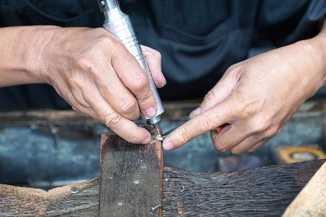 手作り婚約指輪の石留めの様子