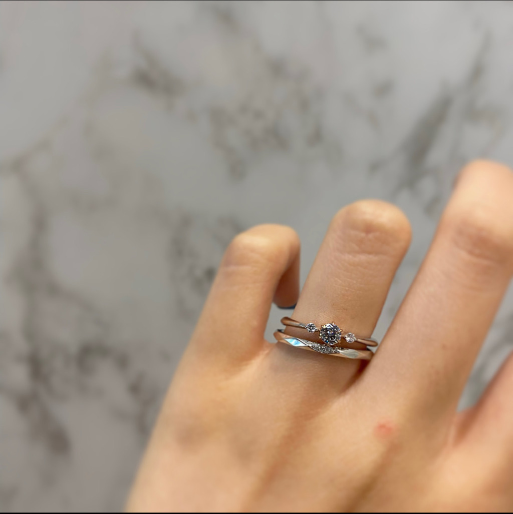 星の砂の婚約指輪と結婚指輪の重ねづけ